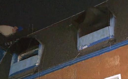 지난 30일 불이난 모텔 4층 객실의 창문이 연기에 검게 그을려 있다.(사진설명)