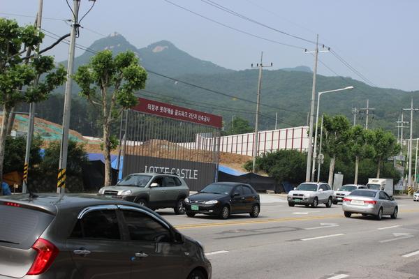 롯데캐슬 2블럭 게이트 앞 도로 전경(사진설명)
